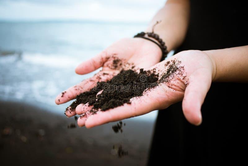 Schwarzer vulkanischer Sand lizenzfreies stockfoto