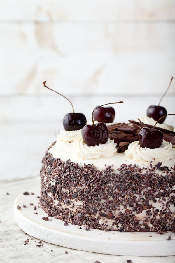 Schwarzer Waldkuchen, Schwarzwald-Torte, dunkle Schokolade und Kirschnachtisch stockbild