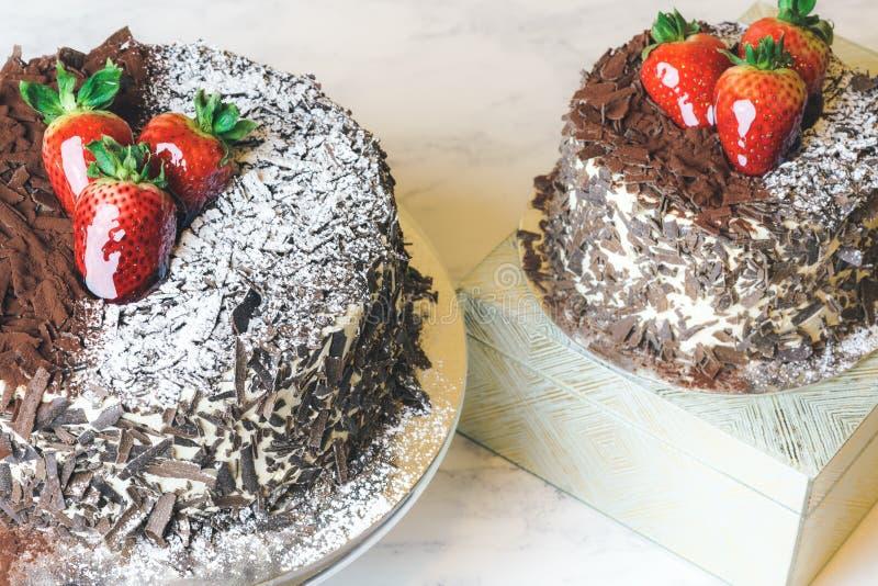 Schwarzer Waldkuchen Schwarzwald-Torte mit Schokolade und Erdbeere lizenzfreie stockfotos