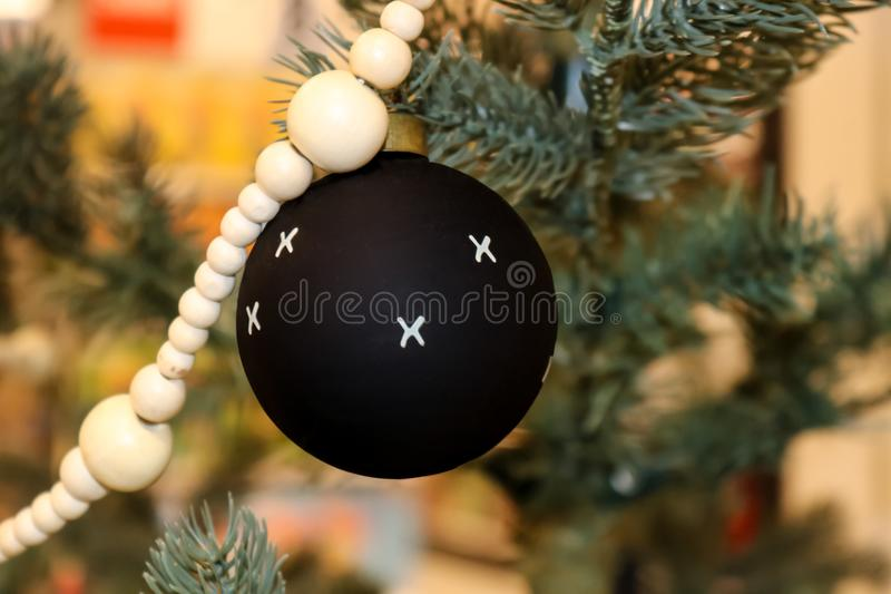 Schwarzer Weihnachtsball mit weißem Xs mit anderen Verzierungen stockbilder