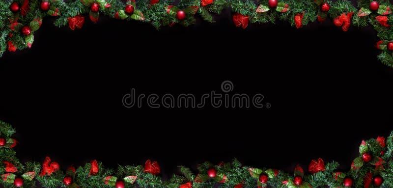 Schwarzer Weihnachtshintergrund mit leerem Kopienraum Dekorativer Weihnachtsrahmen für Konzept oder Karten stockfotografie