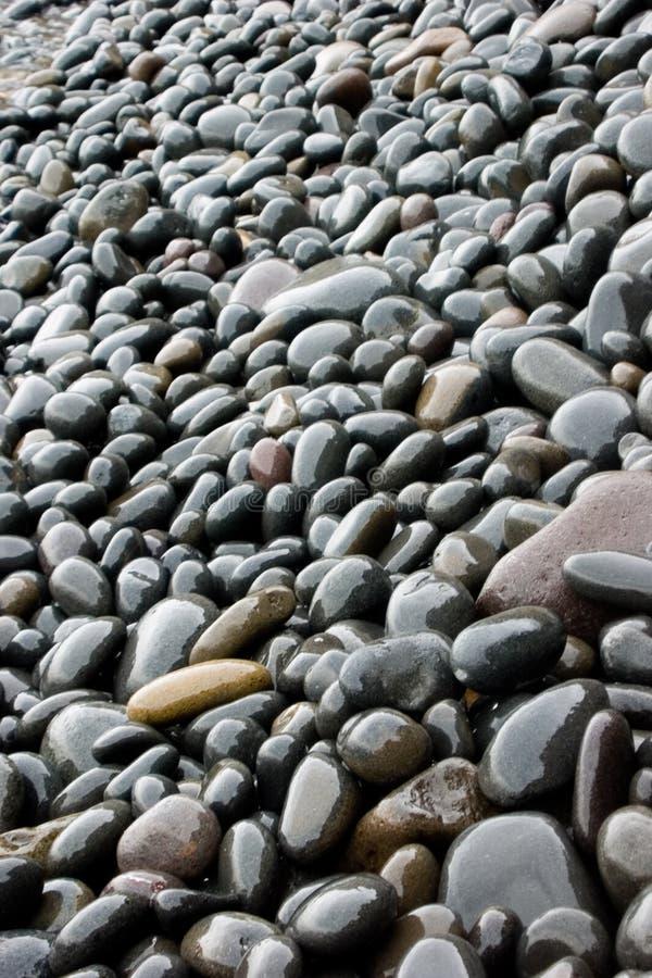 Schwarzes aufgerundete Steine stockfoto