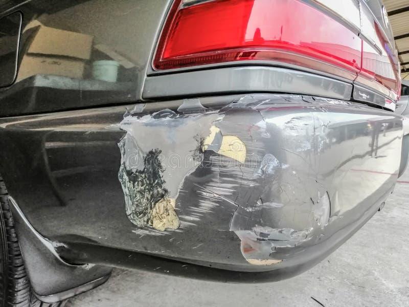 Schwarzes Auto wird nach Autounfall verkratzt und besch?digt stockfoto