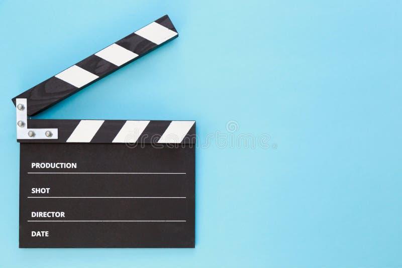 Schwarzes clapperboard mit freiem Raum für den Text lokalisiert auf Farbhintergrund lizenzfreies stockbild