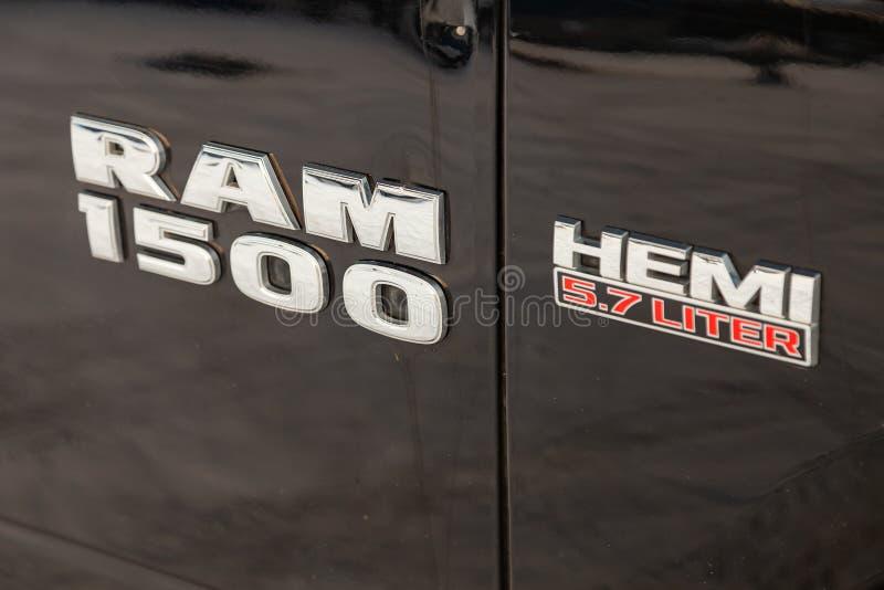 Schwarzes Dodge Ram mit einer Maschine von 5 7 Liter vordere Fenderansicht mit Emblem Hemi 1500 auf dem Auto, das mit Schneehinte stockbilder