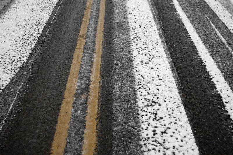 Schwarzes Eis auf der Straße lizenzfreie stockbilder