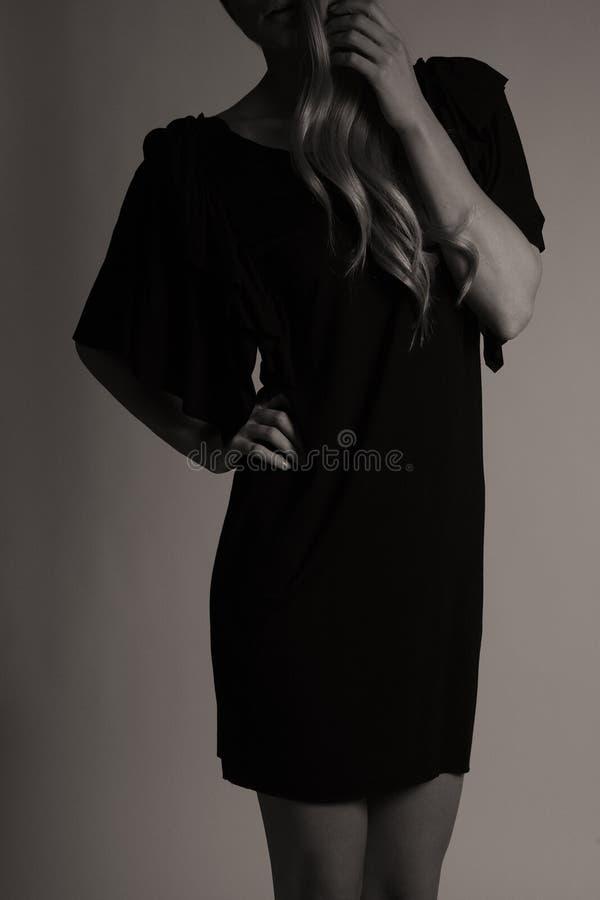Schwarzes elegantes Spitzekleid, weißer Hintergrund lizenzfreies stockbild
