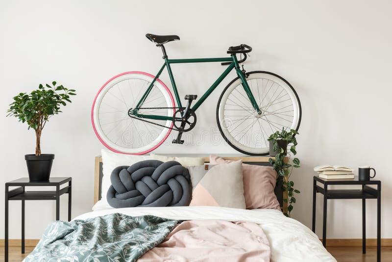 Schwarzes Fahrrad im Schlafzimmer lizenzfreie stockbilder