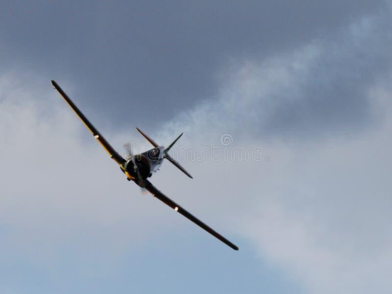 Schwarzes Flugzeug Unter Dunklem Wolken-himmel Kostenlose Öffentliche Domain Cc0 Bild