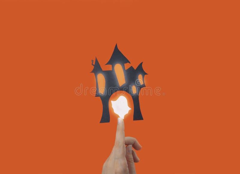 Schwarzes Geisterhaus, das in der Luft auf Ihrem Finger hängt lizenzfreie stockfotos