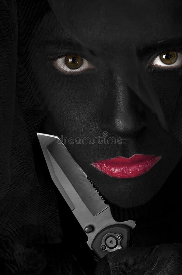 Schwarzes gemaltes Gesicht - dunkle Dame und Messer stockbilder
