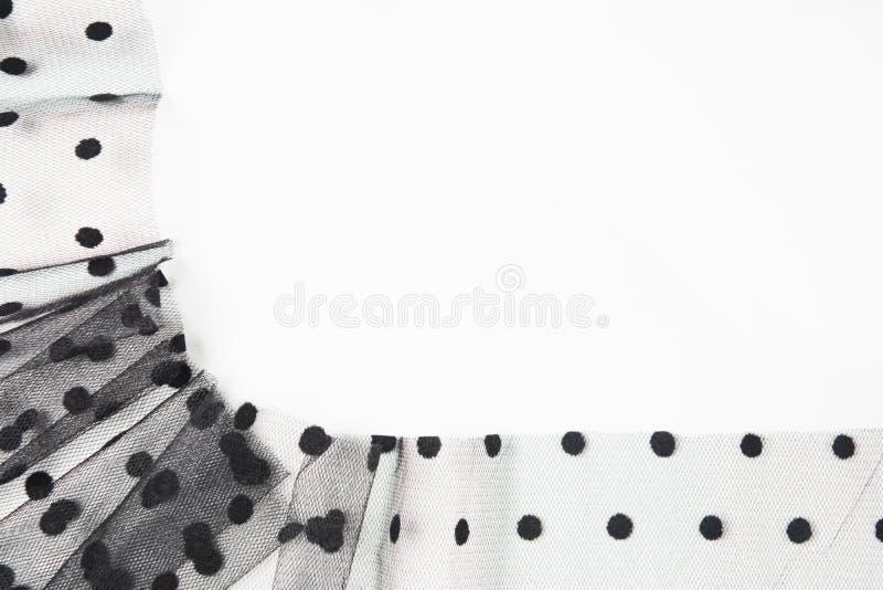 Schwarzes Gewebe Tulle mit Kreisen wie Rahmen auf weißem Hintergrund Entwurfshintergrund der abstrakten Kunst stockfotografie