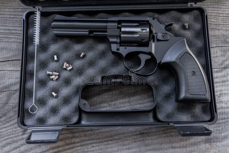 Schwarzes Gewehr in einem Fall lizenzfreies stockbild