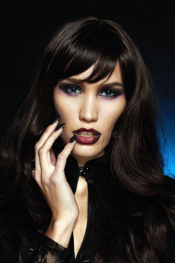 Schwarzes Haar Halloween-Make-up Mädchen stockfoto