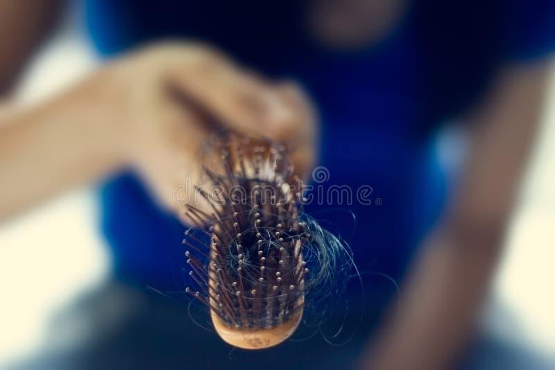 Schwarzes Haarausfallproblem mit Haarbürste lizenzfreie stockbilder