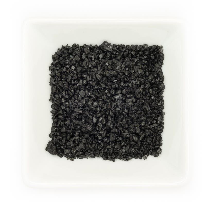 Schwarzes havaiian Lavaseesalz in einer weißen Schüssel stockfotos