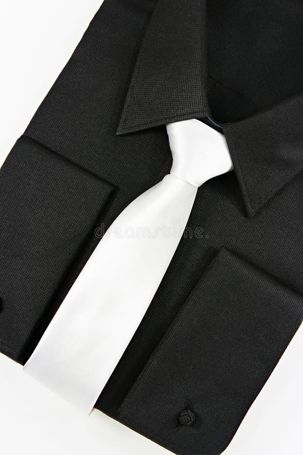 Schwarzes Hemd mit weißer Bindung stockfotografie