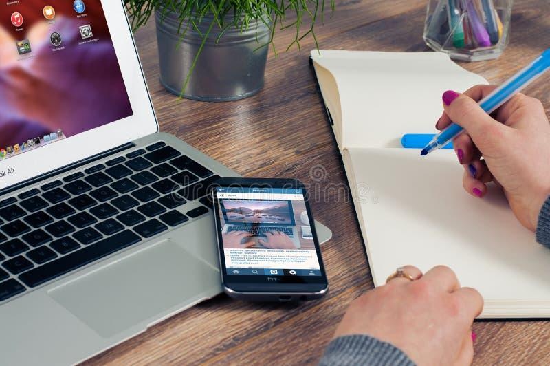 Schwarzes Htc Android Smartphone auf Macbook-Luft stockbilder