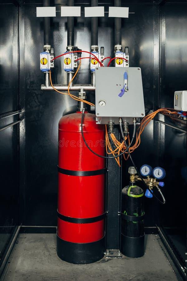 Schwarzes Kabinett mit moderner industrieller automatischer Feuerlöscheinrichtung Zylinder mit Feuerlöscherschaum und -stickstoff stockfotos