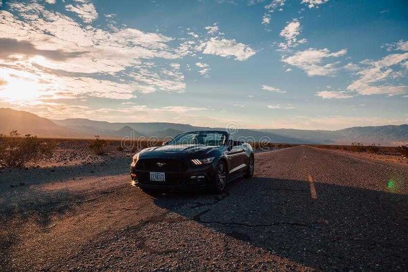 Schwarzes Kabriolett Ford Mustangs GT lizenzfreies stockfoto