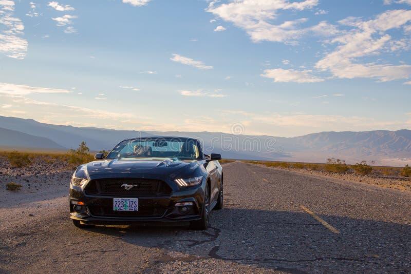 Schwarzes Kabriolett Ford Mustangs GT lizenzfreie stockbilder