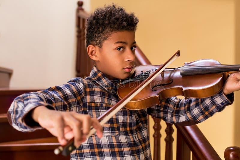 Schwarzes Kind, das Violine spielt lizenzfreie stockfotos