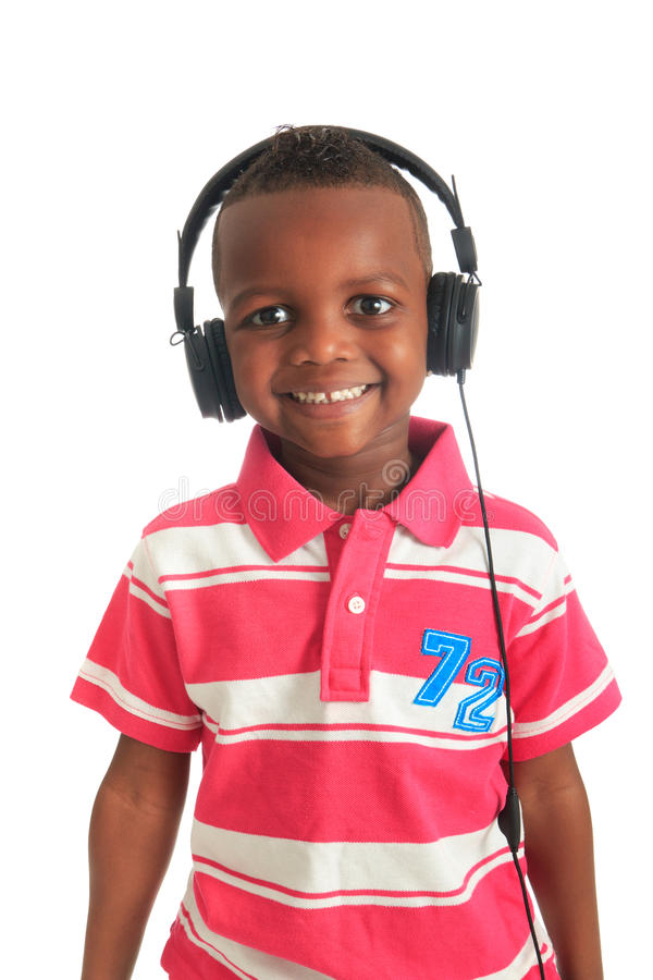 Schwarzes Kind des Afroamerikaners, das Musik hört lizenzfreie stockbilder
