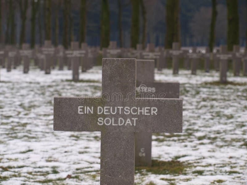 Schwarzes Kreuz auf Grab auf dem Kirchhof von Ysselstein für einen deutschen unbekannten Soldaten in den Niederlanden lizenzfreie stockbilder