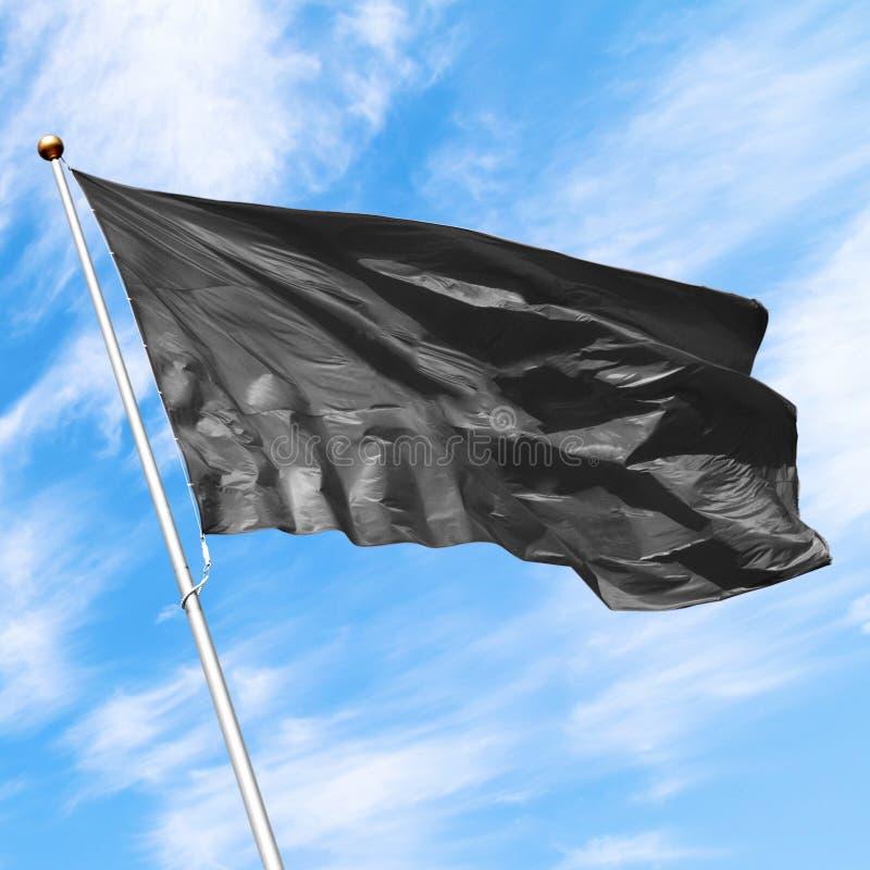 Schwarzes leeres Flaggenmodell auf blauem bewölktem Himmel lizenzfreie stockbilder