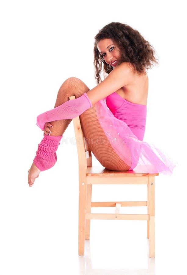 Schwarzes Mädchen des Tänzers, das ein sitzt stockbilder