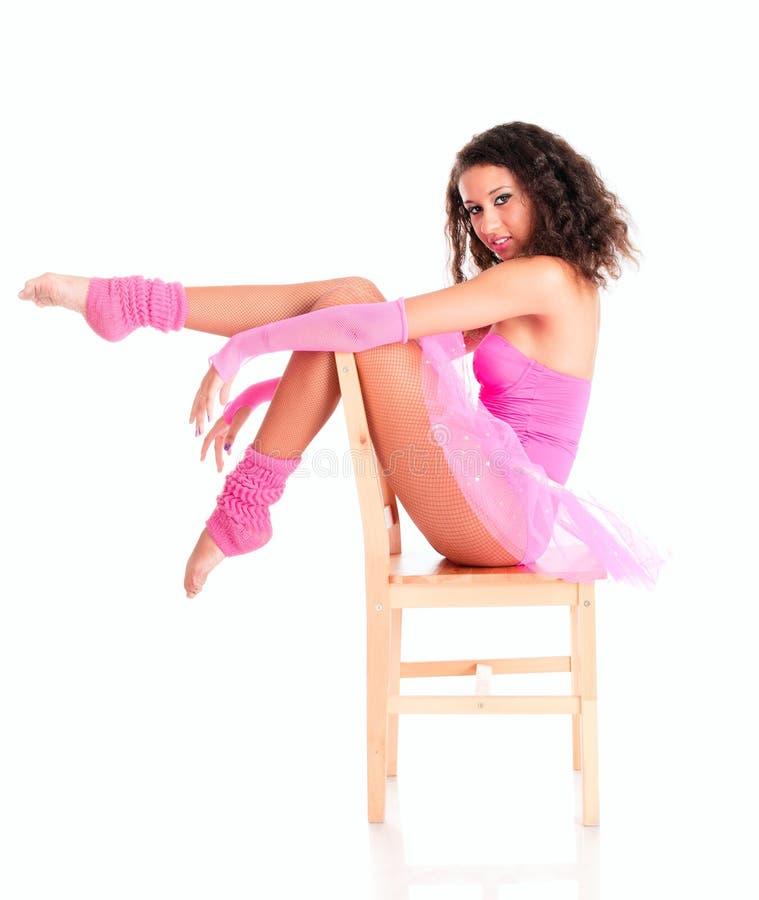 Schwarzes Mädchen des Tänzers, das ein sitzt lizenzfreie stockfotografie