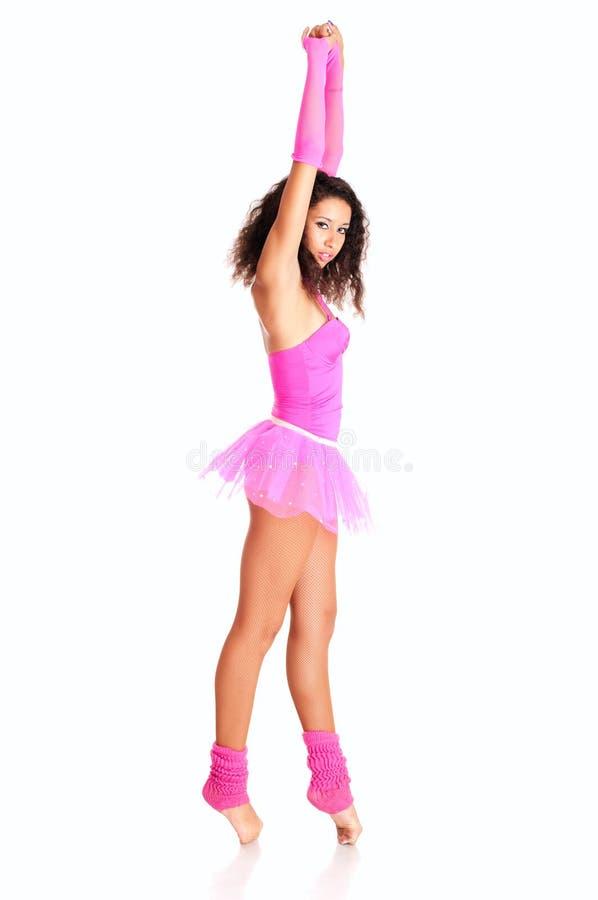 Schwarzes Mädchen des Tänzers im rosafarbenen Ballett stockfoto