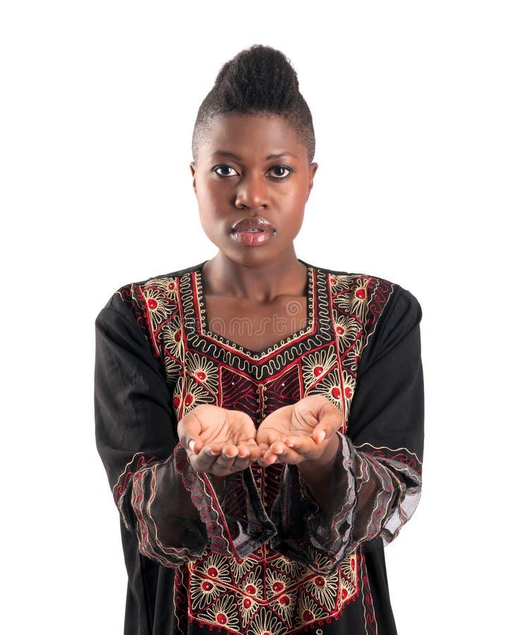 Schwarzes Mädchen mit den schalenförmigen Händen stockbilder
