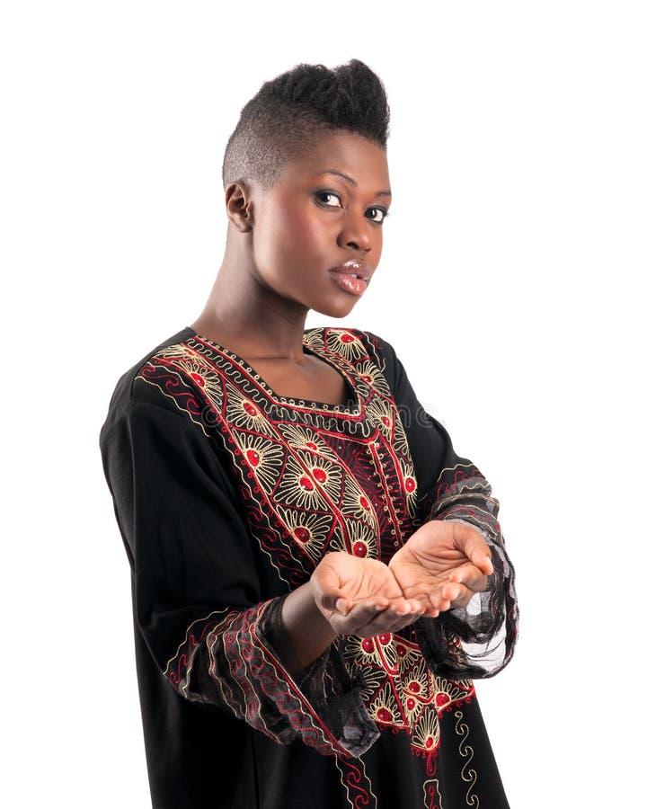 Schwarzes Mädchen mit den schalenförmigen Händen lizenzfreies stockbild