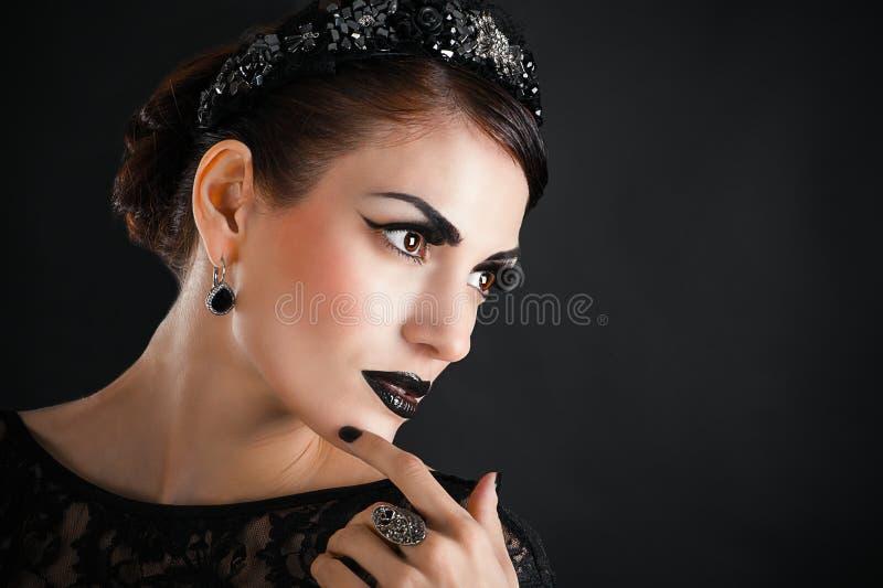 Schwarzes Make-up und lange Wimpern stockbild