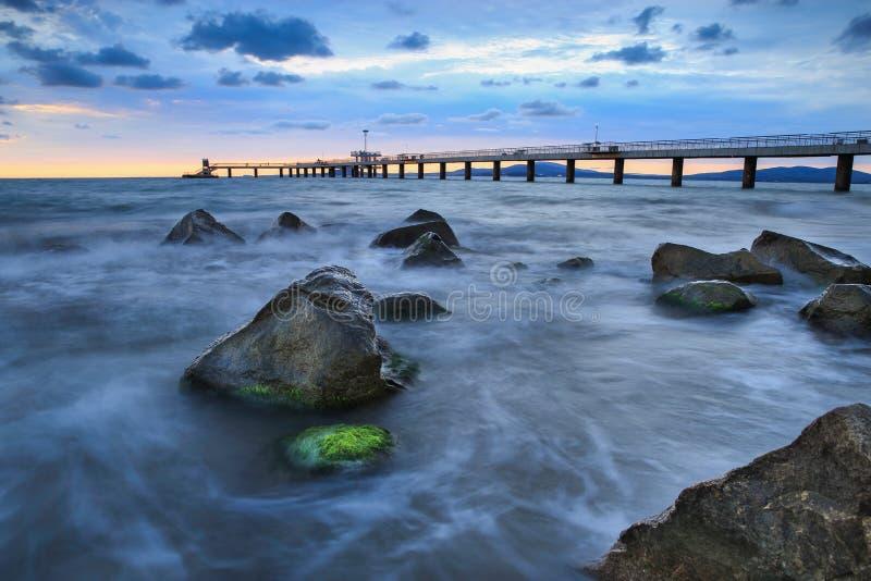 Schwarzes Meer bei Sonnenaufgang mit Farbschatten stockbild