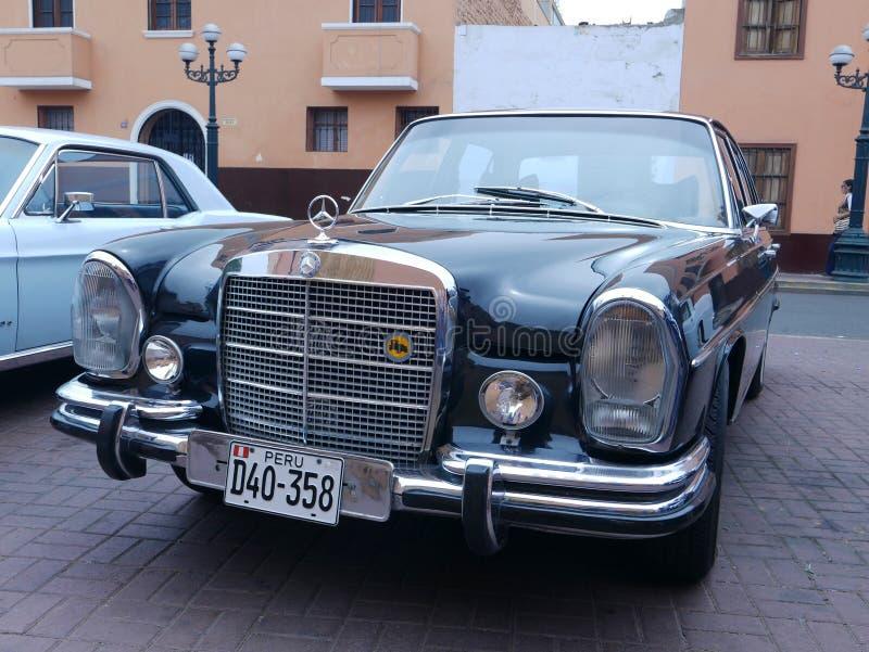 Schwarzes Mercedes-Benz 280 S ausgestellt in Lima lizenzfreie stockfotografie
