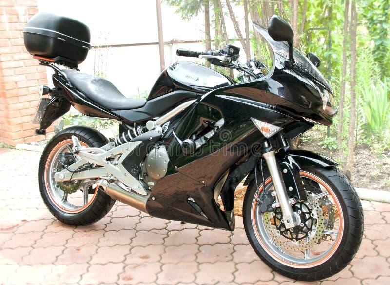 Schwarzes Motorrad des Sports mit großen Rädern lizenzfreies stockbild