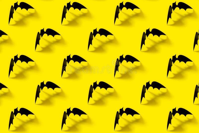 Schwarzes Papierschlägermuster mit fallendem Schatten auf gelbem Hintergrund Halloween-Dekorationen Ein grimmiger Minireaper, der stockfotos