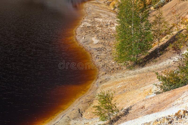 Schwarzes R?ckhaltebecken und H?gel - Bergbau und Produktion des Kupfers in Bor, Serbien lizenzfreies stockbild