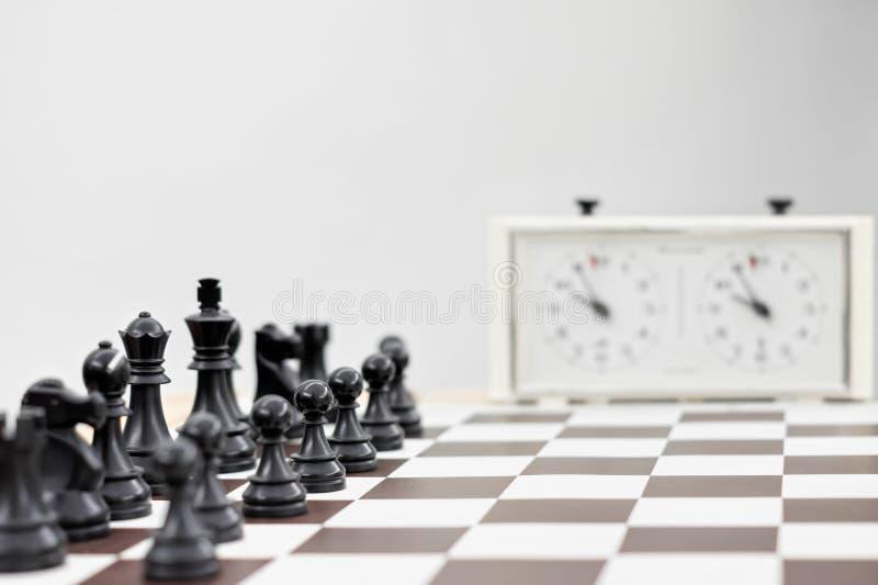 Schwarzes Schach auf einem Schachbrett stockfotografie