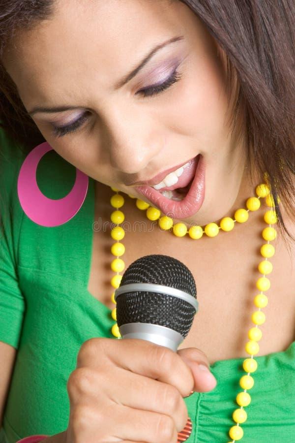 Schwarzes singendes Mädchen lizenzfreies stockfoto