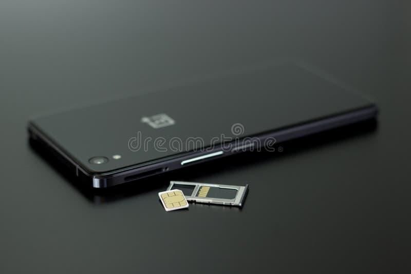 Schwarzes Smartphone Am Oberen Schwarzen Tisch Kostenlose Öffentliche Domain Cc0 Bild