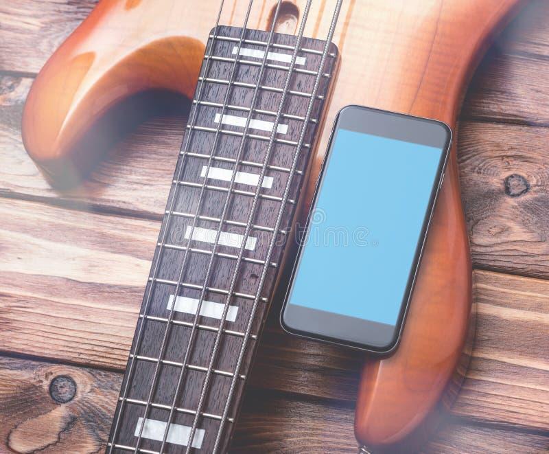 Schwarzes Smartphonemodell mit Gitarre stockbild