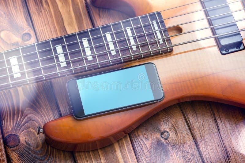 Schwarzes Smartphonemodell mit Gitarre stockfoto