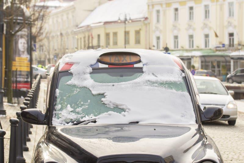 Schwarzes Stadttaxi im Schnee stockfoto
