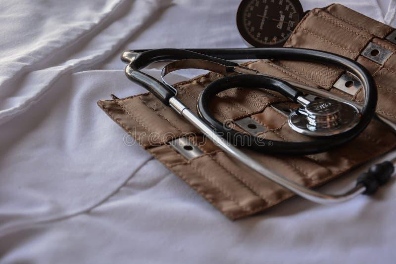 Schwarzes Stethoskop mit braunem ledernem Kasten stockfotografie