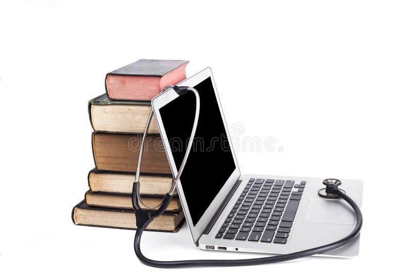 Schwarzes Stethoskop und Bücher stockfotos