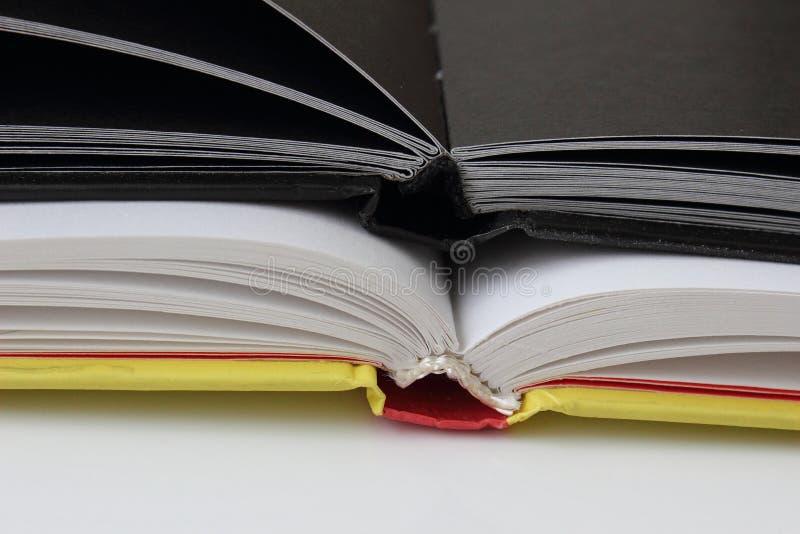 Schwarzes Tagebuch mit zwei Bücherstützen auf Weißbuch stockbilder