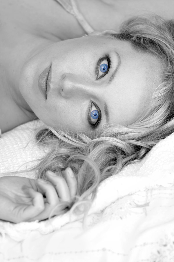 Schwarzes u. weißes Portrait des schönen blonden Mädchens stockfotografie